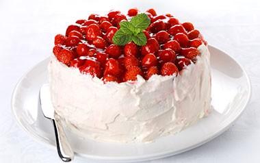 Бисквит со сливками и ягодами